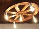 Lustry jsou vyrobeny z dřevěných kol.