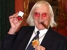 Oblíbený moderátor dětských pořadů Jimmy Savile dostal v roce 2008 metál od