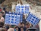 Dav demonstrantů se přesunul od řecké ambasády k nedalekému ministerstvu