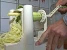 Oloupanou cuketu připevníte do spiralizéru, párkrát otočíte kličkou a čerstvé