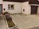 Předzahrádka před domem odděluje parkování a vjezd do garáže od vstupu do domu.