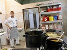 Mladý kuchař Tomáš Kubica se snaží, přesto od něj šéfovi poprvé chutnalo jako...