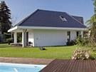 Výrazné přesahy střechy vytvářejí prostor pro příjemné kryté terasy a lodžie ve