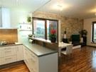 Jeden velký obytný prostor v přízemí domu tvoří kuchyň jídelna a obývací pokoj.