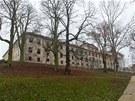 Chátrající zámek Buštěhrad na Kladensku, přilehlá zahrada se obnovy už dočkala.