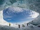 Ledovcová jeskyně je zajímavým zpestřením lyžování.