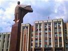 Budova podněsterského parlamentu, před níž se tyčí majestátní socha V. I.