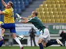 DO TĚLA. Teplický fotbalista Antonín Rosa se snaží překonat brněnského gólmana