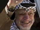 Jásir Arafat mává svým příznivcům z okna svého sídla v Ramalláhu v říjnu 2003, tedy rok před svou smrtí.