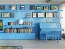 Dominantní modrá stěna s pianem v obývacím pokoji připomíná majitelce dětství v