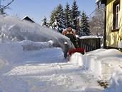 Dvoustupňová fréza si poradí i s vyšší vrstvou staršího sněhu.