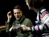 Tomáš Poláček z Magazínu DNES nahrává píseň Vánoční hitmejkři.