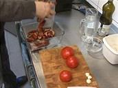 Omáčku připravíte z namočených sušených rajčat, čerstvých rajčat, česneku,