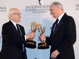 Americký herec Alan Alda a známý americký televizní producent Norman Lear