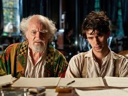 Ben Whishaw a Jim Broadbent ve filmu Atlas mraků