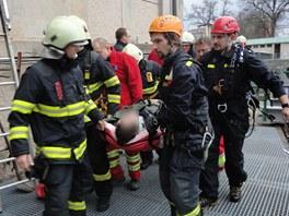 Hasiči vyprošťují zaměstnance vodní elektrárny Hučák v Hradci Králové, který
