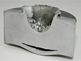 Výsledek laboratorního testu - náraz malé hliníkové kuličky (12 mm průměr) do