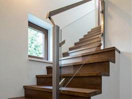 Kartáčování zvýraznilo strukturu dřeva a schody tím  získaly příjemnou patinu.
