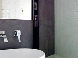 V koupelně je na stěnách i podlaze použita betonová stěrka Betonepox. Díky