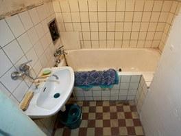 Do stísněného prostoru koupelny se vešla pouze vana a malé umvadlo.