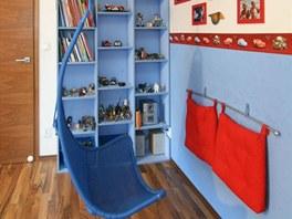 Součástí hracího koutku je i populární proutěné závěsné křeslo z IKEA.