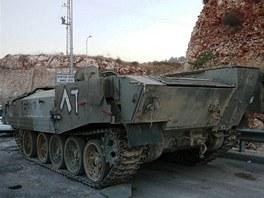 Typická kola nezapřou, že transportér Achzarit používá podvozek tanků řady
