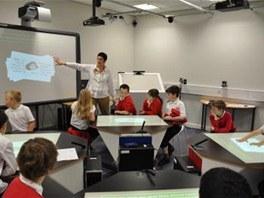 Projekt SynergyNet umožnil žákům využít interaktivní dotykové stoly.