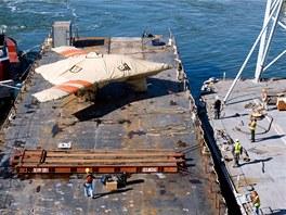 Nakládání letounu  X-47B na palubu letadlové lodi