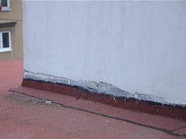 Špatně provedené oplechování komína. Při silném dešti místy zateklo.