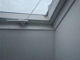 Nedostatečná cirkulace vzduchu s absencí otopného tělesa pod oknem způsobuje v