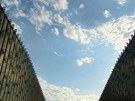 Světlo nedopadá na obě fasády rovnoměrně, jedna je více obrácená k jihu.