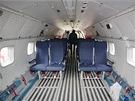 Sedadla umis�uje Arm�da �R podobn� jako v civiln�ch letadlech, tedy ve sm�ru...