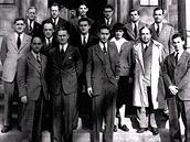 Tým jaderných vědců a techniků, kteří se podíleli na sestrojení prvního