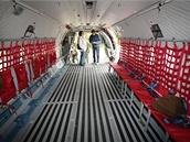 C-295M pojme až pět palet NATO 463L. Jedna se umisťuje na sklopnou nakládací