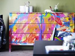 Toužíte-li spíš po barvách než po přírodní barvě dřeva, můžete dřevěnou komodu...
