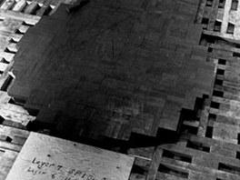 Autentická fotografie sedmé čistě grafitové vrstvy milíře názorně ukazuje