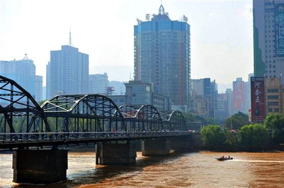 Nové město má vzniknout v horách nedaleko čínského Lan-čou (na snímku).