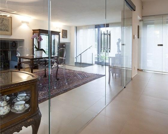 Obývací pokoj je od zimní zahrady oddělený posuvnou stěnou z transparentního