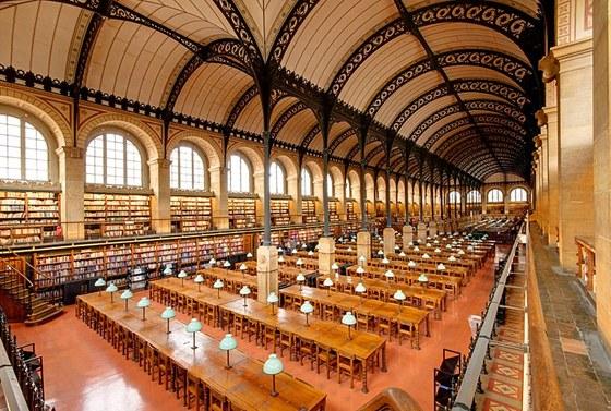 V čítárně je místo pro 700 studentů.