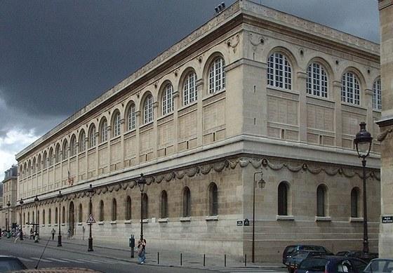 Fasáda budova knihovny svaté Jenovéfy nese jména 810 významných spisovatelů a