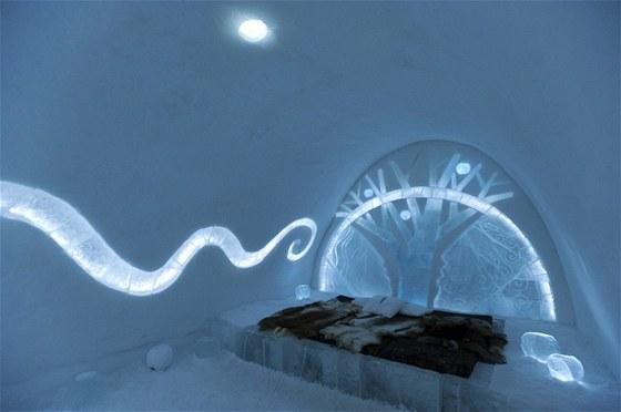 Dvojlůžko s ledovým portálovým oknem a romantickým osvětlením