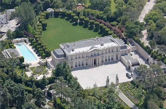Sídlo Fleur de Lys leží v  kopcích čtvrti Holmby Hills v Los Angeles.