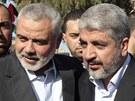 Exilový vůdce hnutí Hamas Chálid Mišal (vpravo) s premiérem Ismaílem Haníjou po...