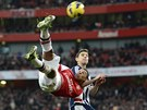 AKROBATICK� ODKOP. Alex Oxlade-Chamberlain z Arsenalu odpaluje m�� n�kami p�ed