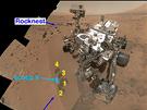 Curiosity na svém místě v Galově kráteru, před ní jsou pozůstatky její práce.