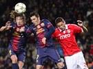 Zleva Puyol a Villa z Barcelony, vpravo se o hlavičku marně snaží Matič z