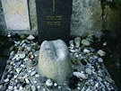 Pod žulovým kloboukem od Michala Gabriela (1998) odpočívá na hřbitově v