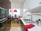Kuchyně byla vyrobená na míru podle návrhu architektky, bílá obklad oživuje