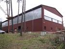 Na místě lesního kurtu je dnes dvoupodlažní sportovní hala.