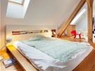 Čelo postele tvoří zároveň i noční stolek s úložným prostorem na časopisy.